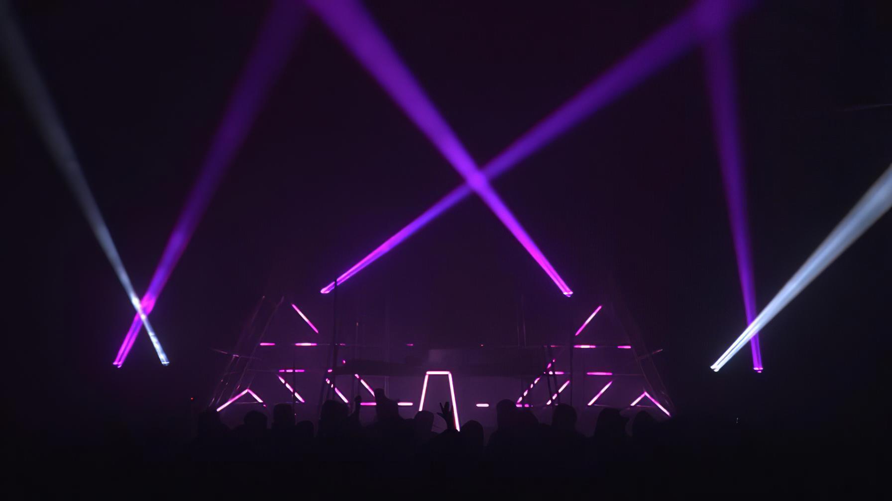 immersive-ltd_DJ-Scuba-live_11-896×504-gigapixel