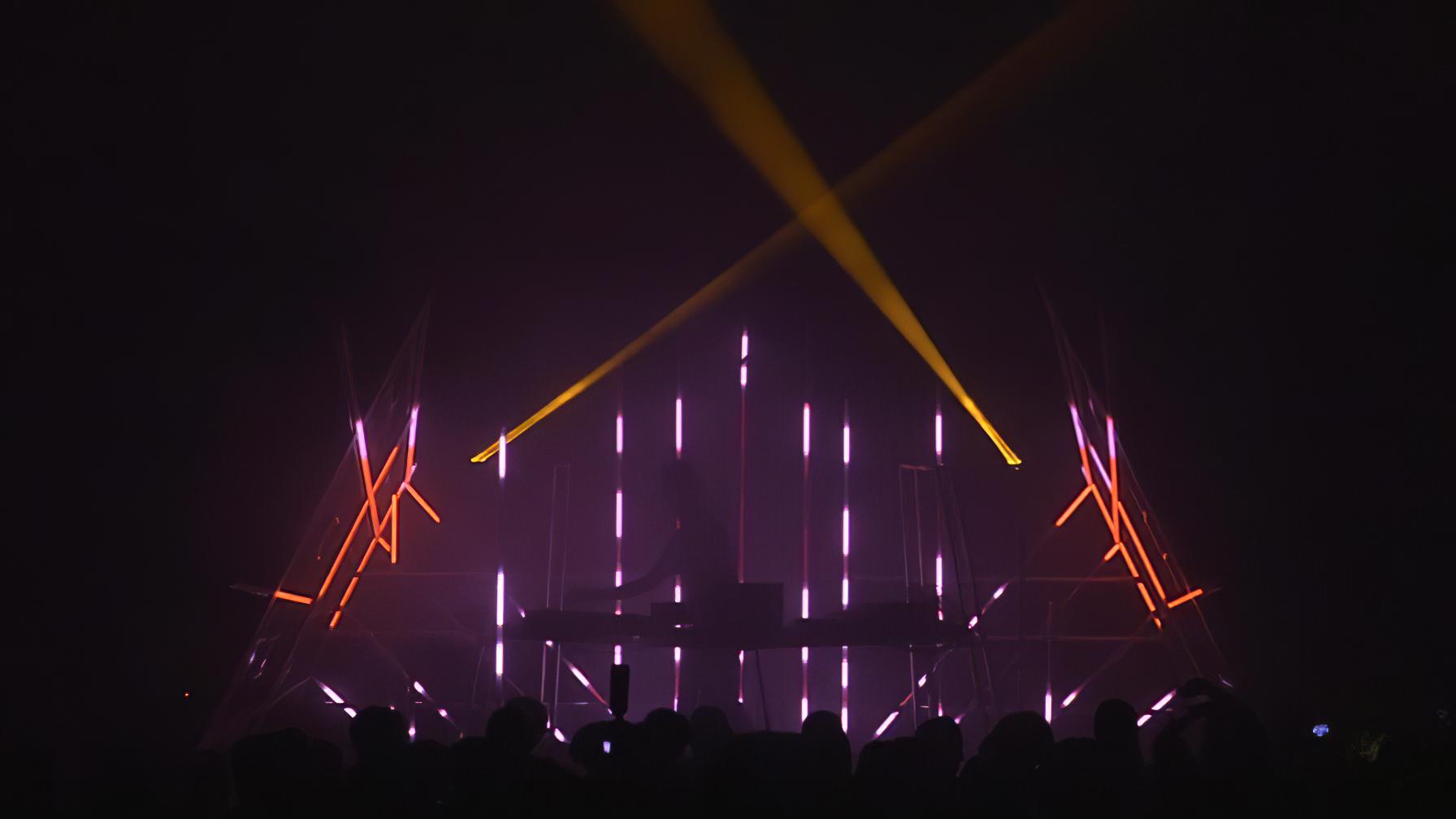 immersive-ltd_DJ-Scuba-live_15-896×504-gigapixel