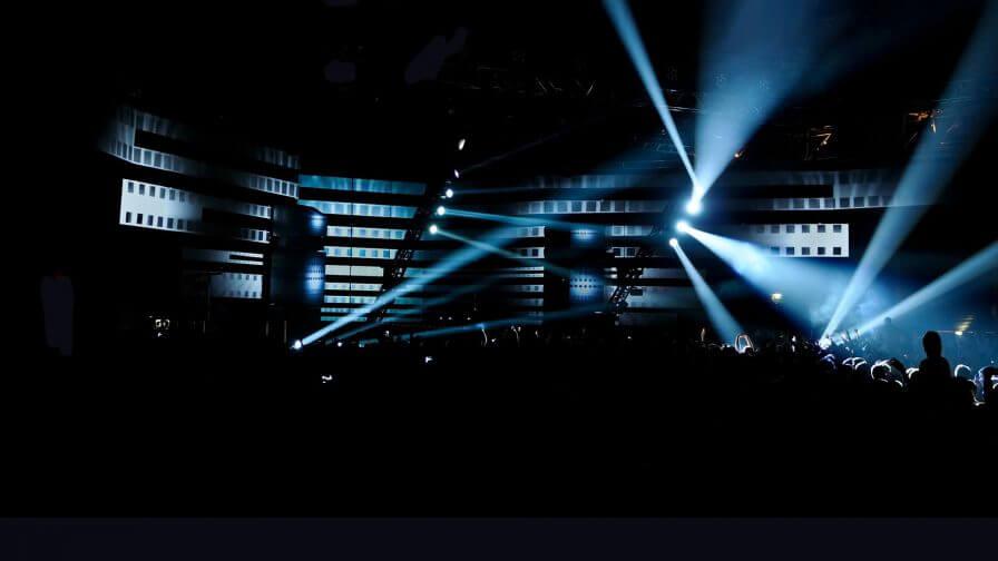 immersive-ltd_Eric-Prydz_Epic_Hologram_projection-mapping_DJ-Live-Set-Design_26-e1429120866120-896×504